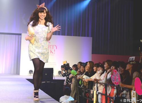 ファッション誌「Ray」の創刊25周年記念イベントで、ランウエーを歩く乃木坂46白石麻衣(13年10月20日)