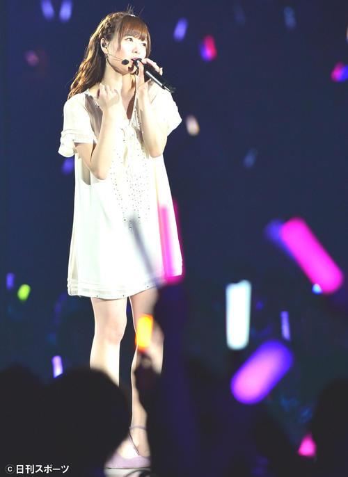 乃木坂46デビュー2周年記念ライブで「私のために誰かのために」を熱唱する白石麻衣(14年2月22日)