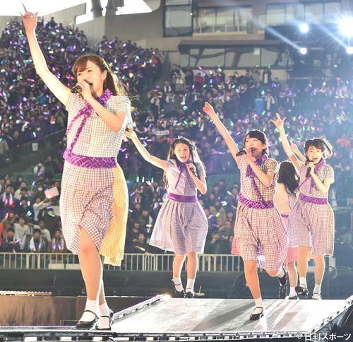 乃木坂46デビュー3周年記念バースデーライブ 3rd Year Birthday Liveで花道を走り回る白石麻衣(左)ら(15年2月22日)