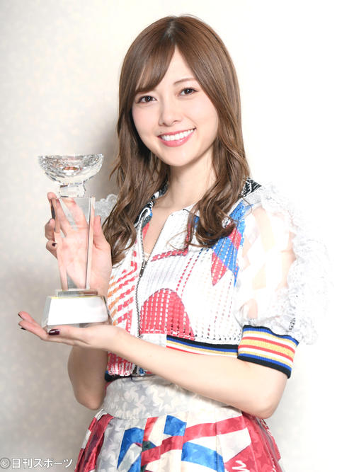 「AKB48グループ新聞アワード2017」で坂道MVPを受賞し喜ぶ乃木坂46白石麻衣(17年12月8日)