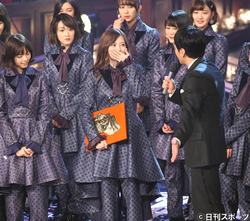 日本レコード大賞を受賞し、感極まった表情でインタビューに答える白石麻衣(17年12月30日)