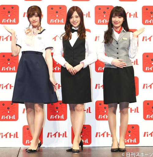 CMでのアルバイト制服で登壇し笑顔を見せる乃木坂46の、左から松村沙友理、白石麻衣、高山一実(17年5月)