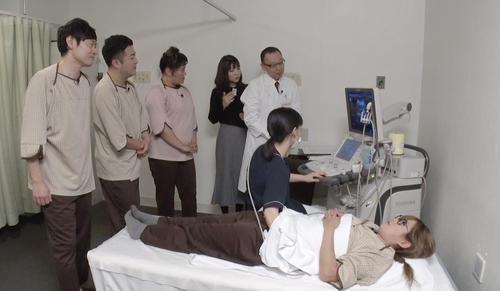日本テレビ系「ヒルナンデス!」の健康診断ロケで肺年齢を調べるギャル曽根(下)。左上から河西賢志郎、水田信二、バービー