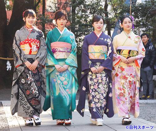 晴れ着姿で登場した乃木坂46の新成人メンバー。左から大園桃子、山下美月、渡辺みり愛、向井葉月(撮影・河田真司)