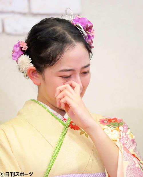 乃木坂46を卒業する白石麻衣について質問され、目に涙を浮かべる向井葉月(撮影・河田真司)
