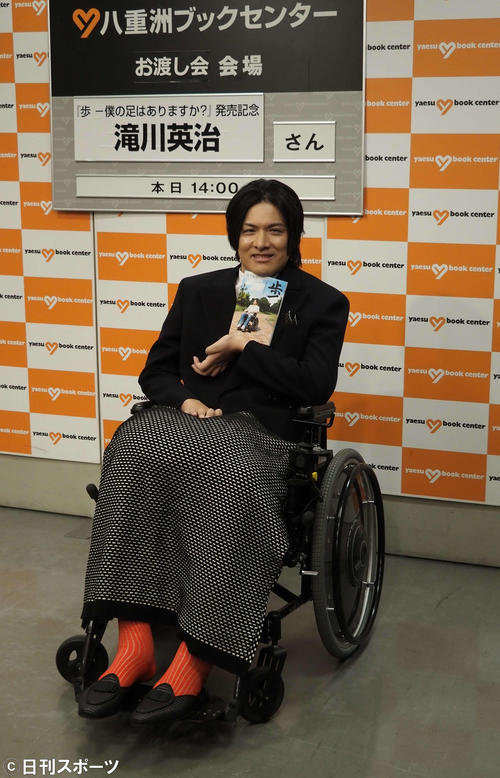 Photo of Eiji Takikawa interacts with fans after two and a half years in a wheelchair accident