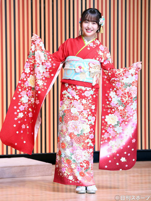 艶やかな振り袖姿で笑顔を振りまくHKT48田島芽瑠(撮影・たえ見朱実)