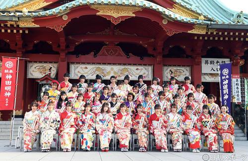 AKB48グループ成人式で記念撮影に納まるメンバー(撮影・たえ見朱実)