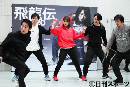 舞台「飛龍伝2020」の稽古を公開し、熱演する菅井友香(中央)。左端はNONSTYLEの石田明(撮影・足立雅史)