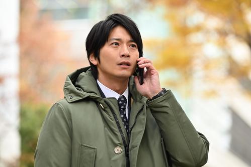 建築確認検査員の白河圭太(向井理)は、娘の誘拐をほのめかす電話を受ける(c)カンテレ