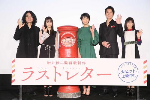 左から岩井俊二監督、広瀬すず、松たか子、福山雅治、森七菜