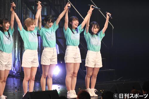単独コンサートで岡田奈々(左から2人目)から新キャプテンに任命されあいさつするSTU48今村美月(右から2人目)(撮影・大友陽平)