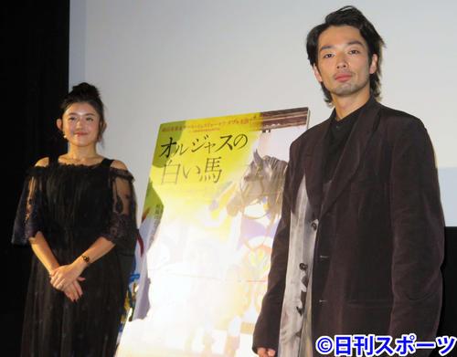 映画「オルジャスの白い馬」初日舞台あいさつに出席した竹葉リサ監督(左)と森山未來