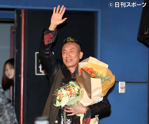 舞台あいさつを終え、引き揚げる際にファンに手を振る長渕剛(撮影・大野祥一)