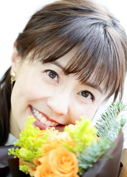 新しい事にトライもし、幸せいっぱいという小林麻耶。花束の中、笑顔を見せる(撮影・浅見桂子)