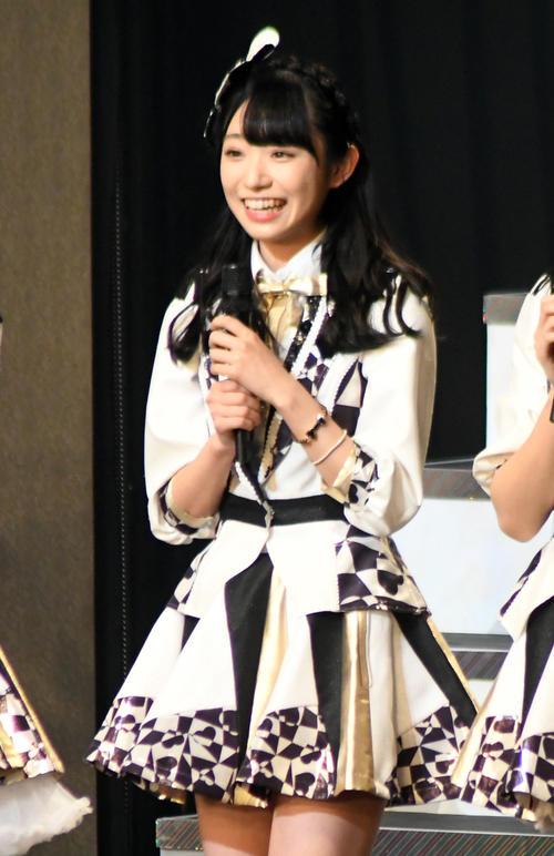 AKB48の新シングルでセンターを務めることが決まった山内瑞葵(右)(撮影・大友陽平)