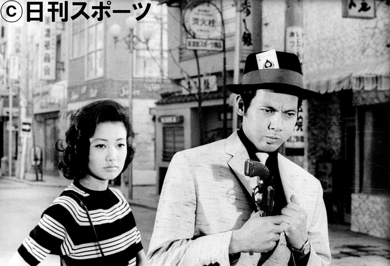「ひとり旅」で浅丘ルリ子(左)と撮影に臨む宍戸錠=1962年5月9日