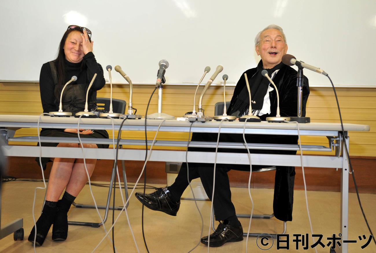 長女でマネジャーの小島しえさん(左)と笑顔で火災当日の状況を語る宍戸錠さん=2013年2月8日