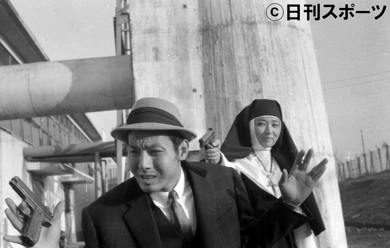 日活「気まぐれ渡世」で尼僧役の芦川いづみ(右=尼僧役)と出演した宍戸錠さん=1962年1月17日