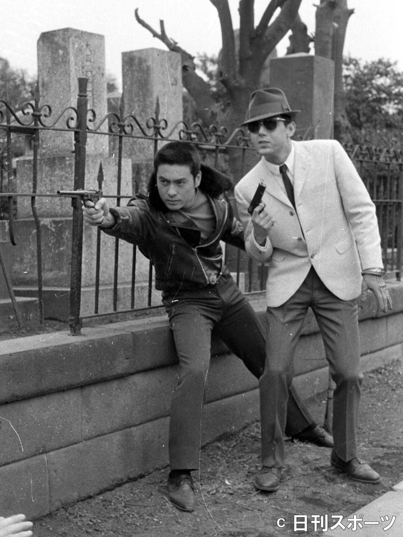 撮影で高橋英樹(左)と銃を構える=64年