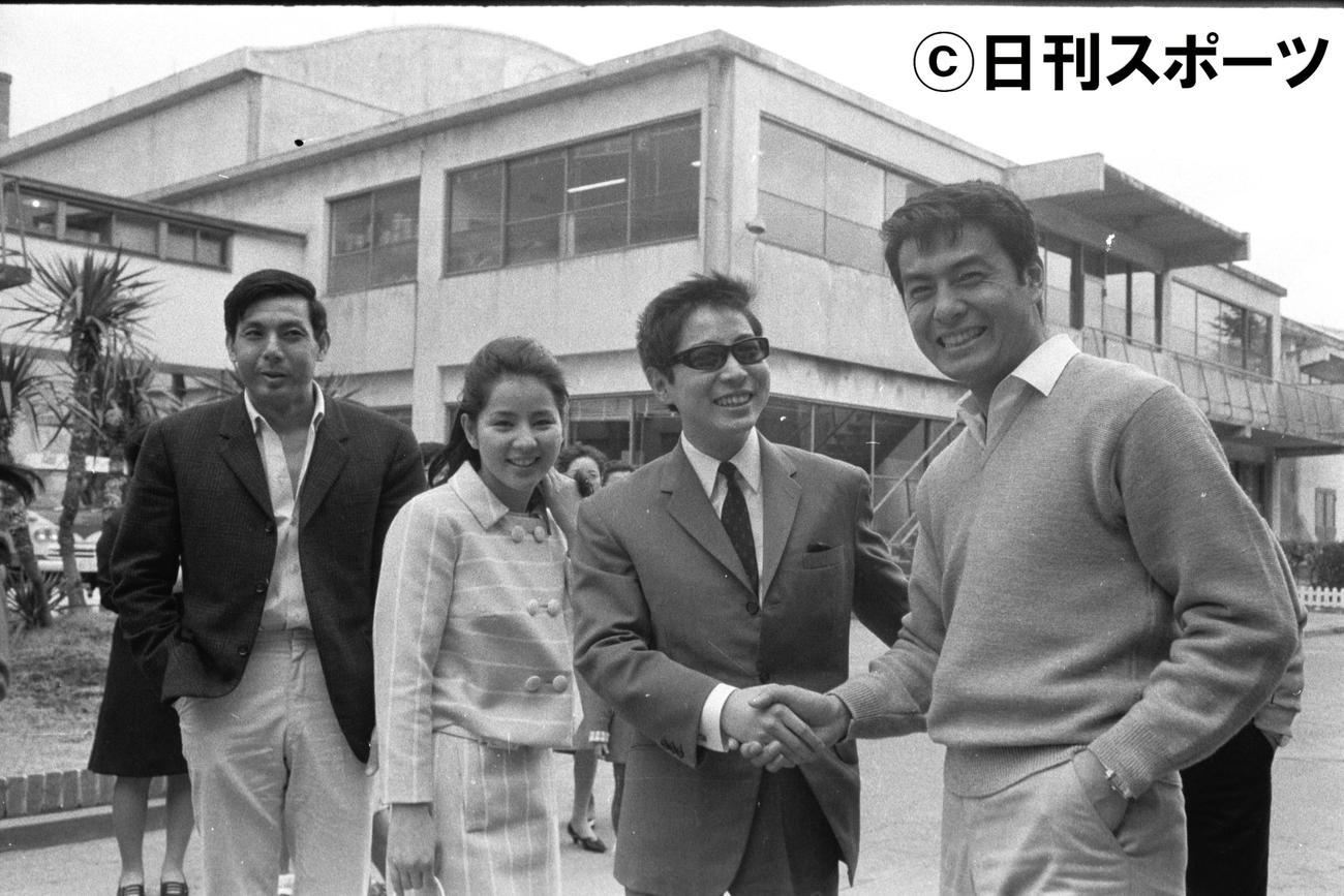 左から宍戸錠さん、吉永小百合、浜田光夫、高橋英樹=1967年