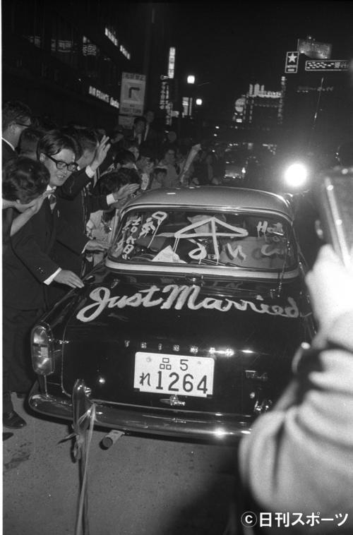 「JUST MARRIED」と車に書いて結婚式場を後に。アクションスターらしい粋なパフォーマンス=1962年10月