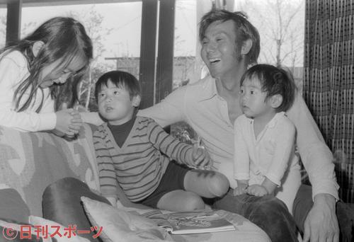 自宅で子どもたちとくつろぐ宍戸錠さん。左から長女史絵ちゃん(7歳)、長男開くん(4歳)、次男表くん(2歳)=1971年4月26日