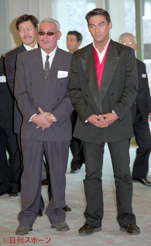 イベントに出席した宍戸錠さん(左)と開の親子=1999年9月30日