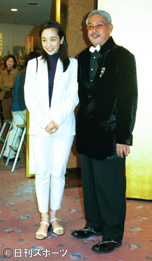 西田ひかる(左)と宍戸錠さん=2001年