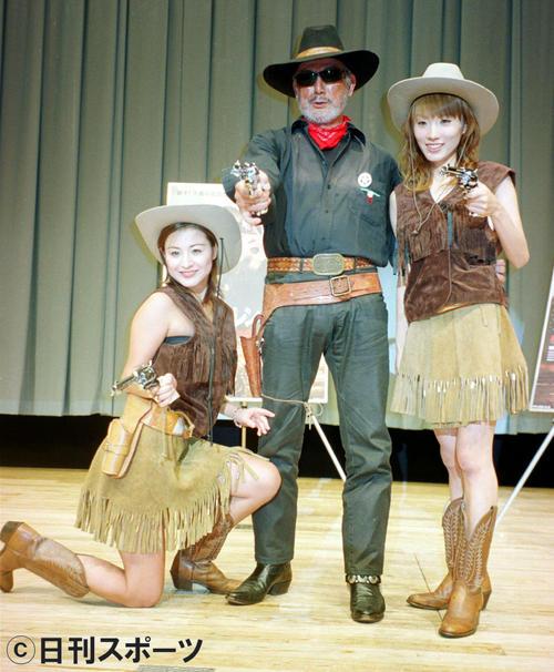 映画「テキサス・レンジャーズ」のテキサスガールに囲まれてポーズを決める=02年9月