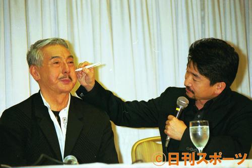 執刀医から手術の説明を受ける宍戸錠さん(左)=2001年