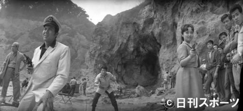 「三つの竜の刺青」ロケで銃を構える宍戸錠さん(左)。右は笹森礼子、中央奥は葉山良二=1961年4月10日