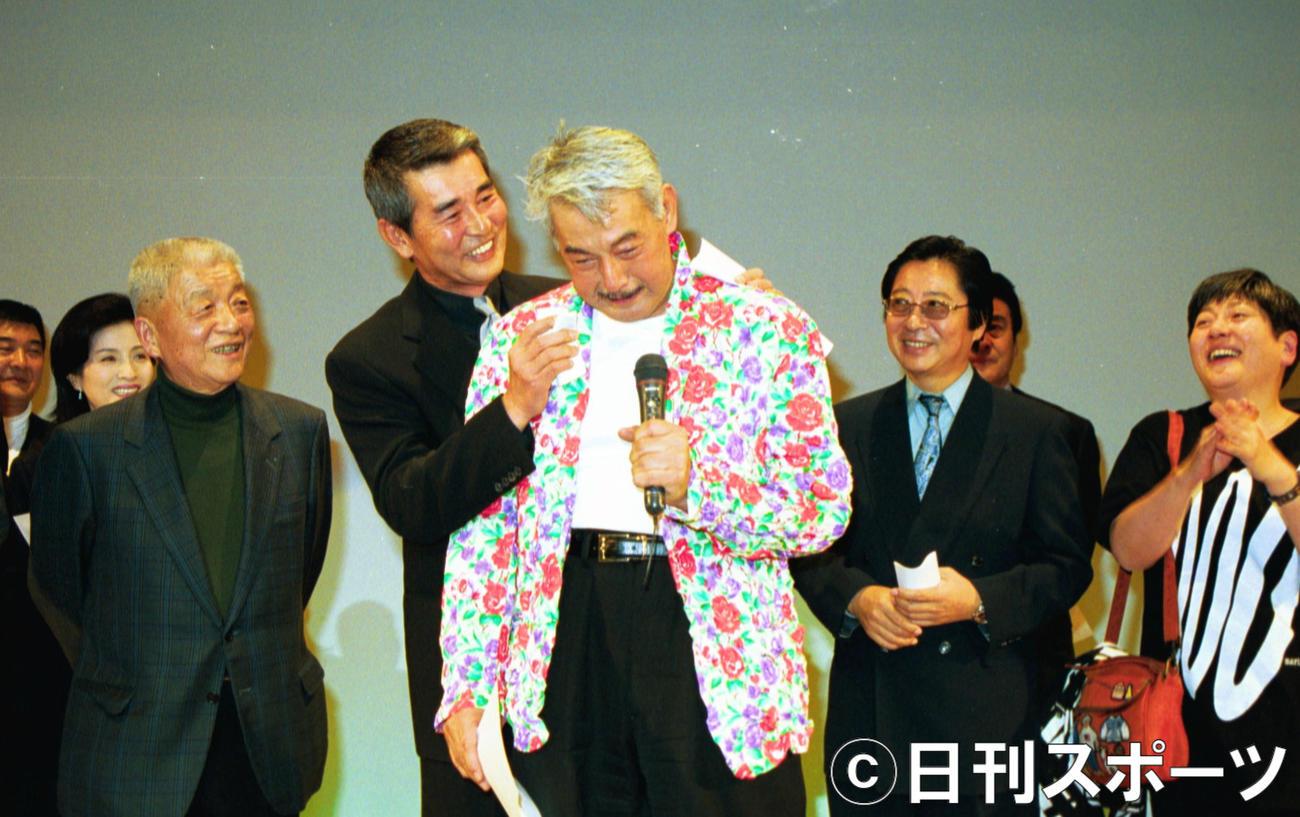 宍戸錠(中央)は、感激で思わず男泣き。渡哲也(左)にハンカチで拭かれる(2001年)