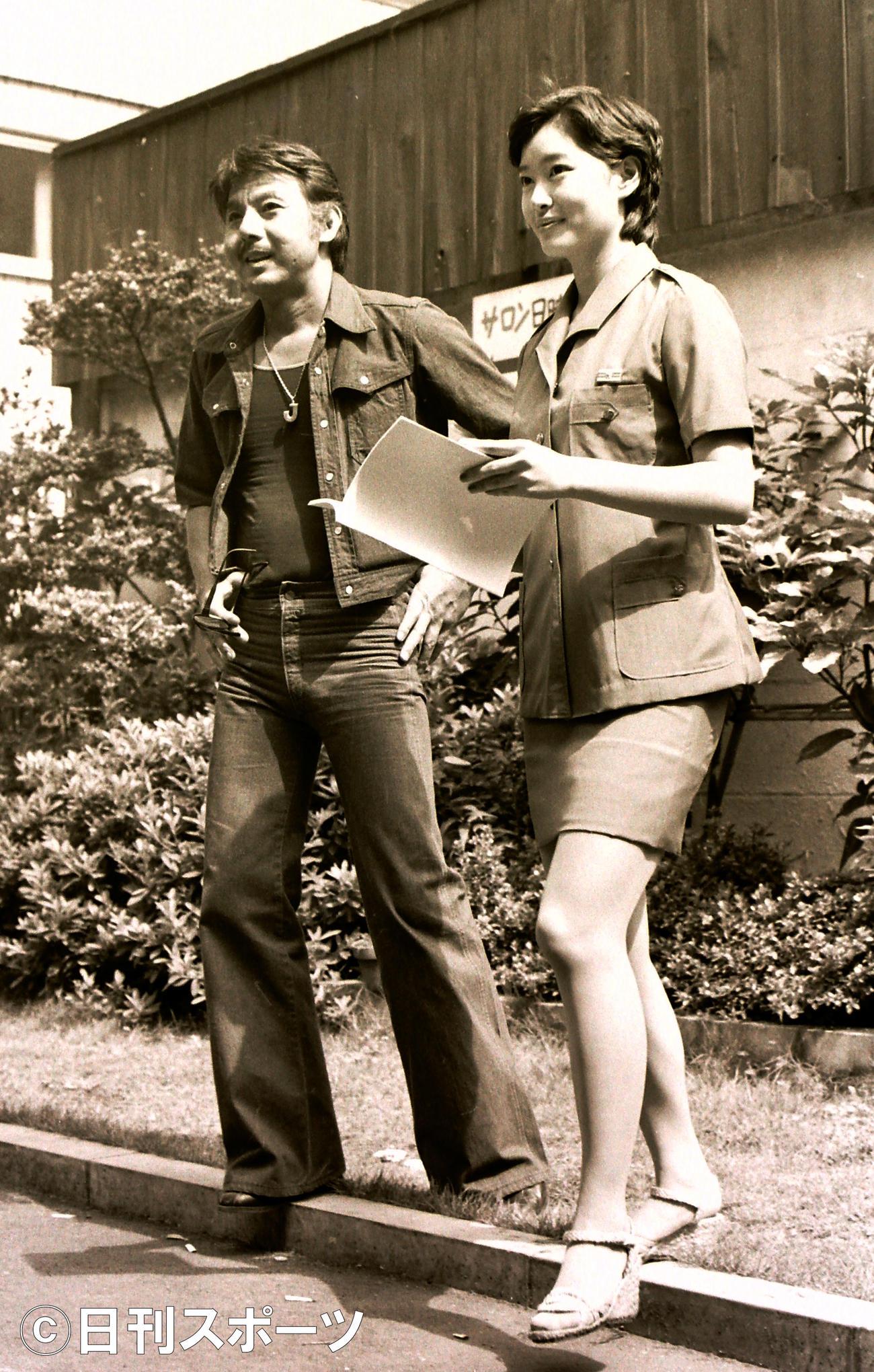 宍戸錠さん(左)と夏目雅子さん=1977年7月9日