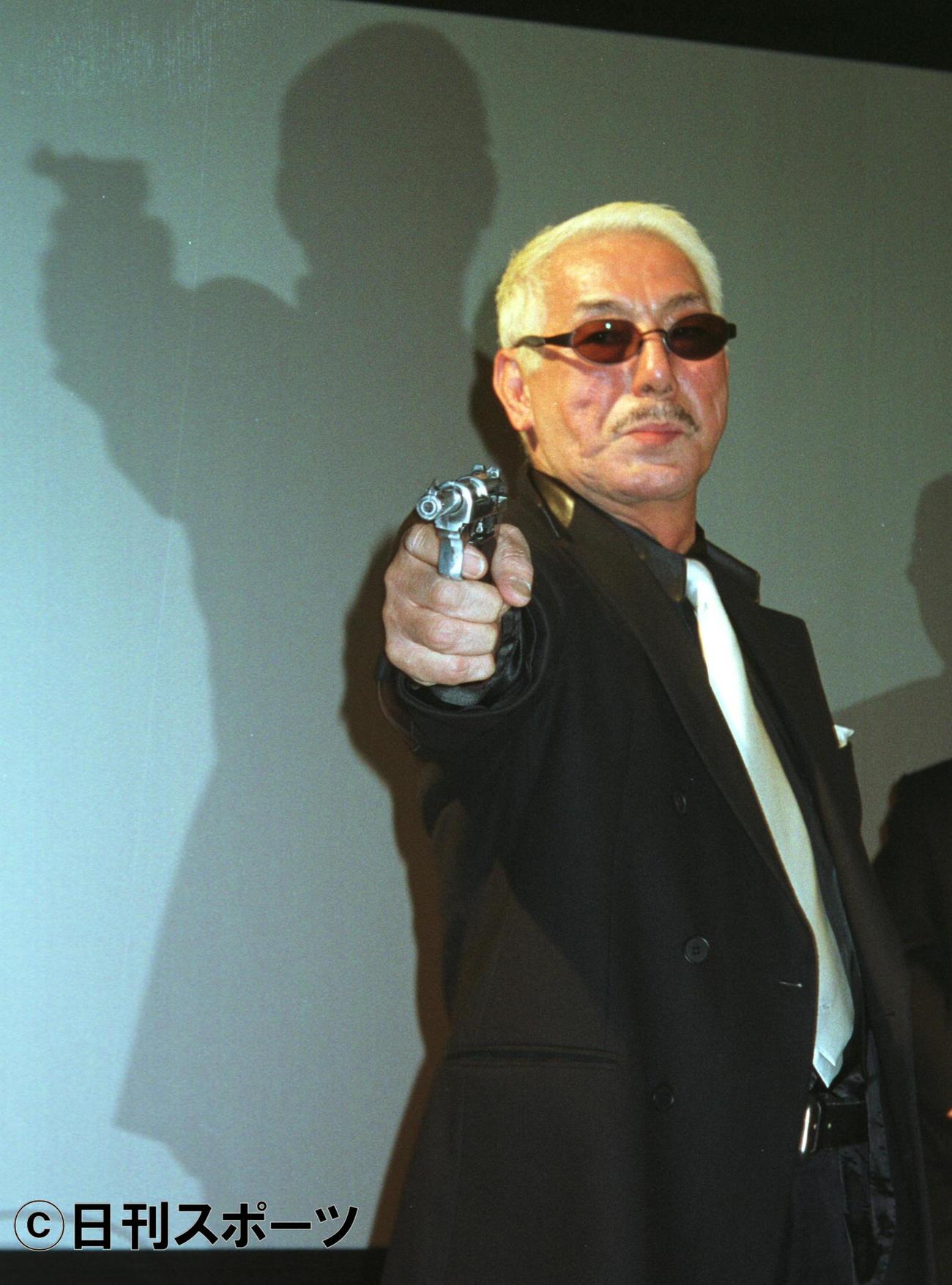 ガンマンスタイルの宍戸錠さん=2003年