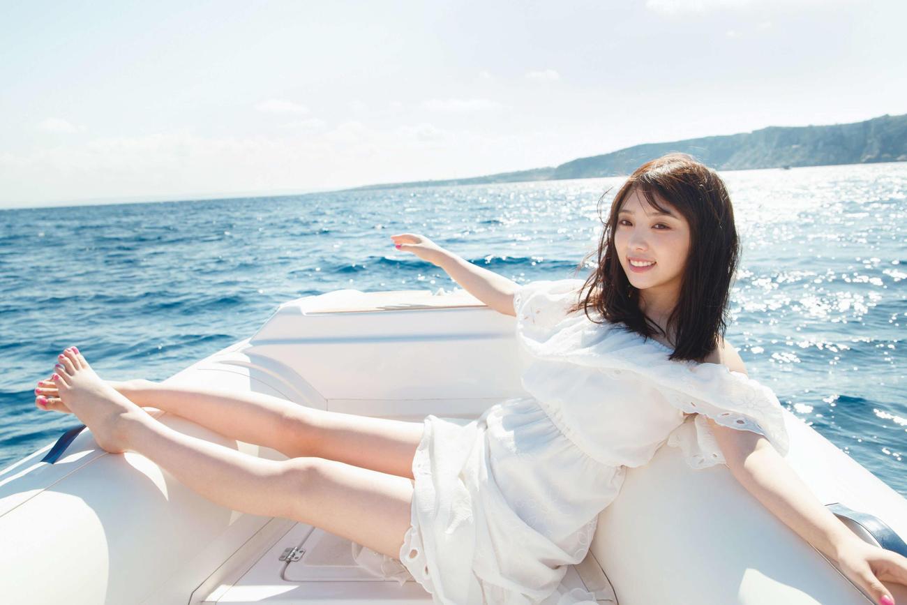 与田祐希セカンド写真集の先行カット。ボートに乗って地中海に浮かぶ