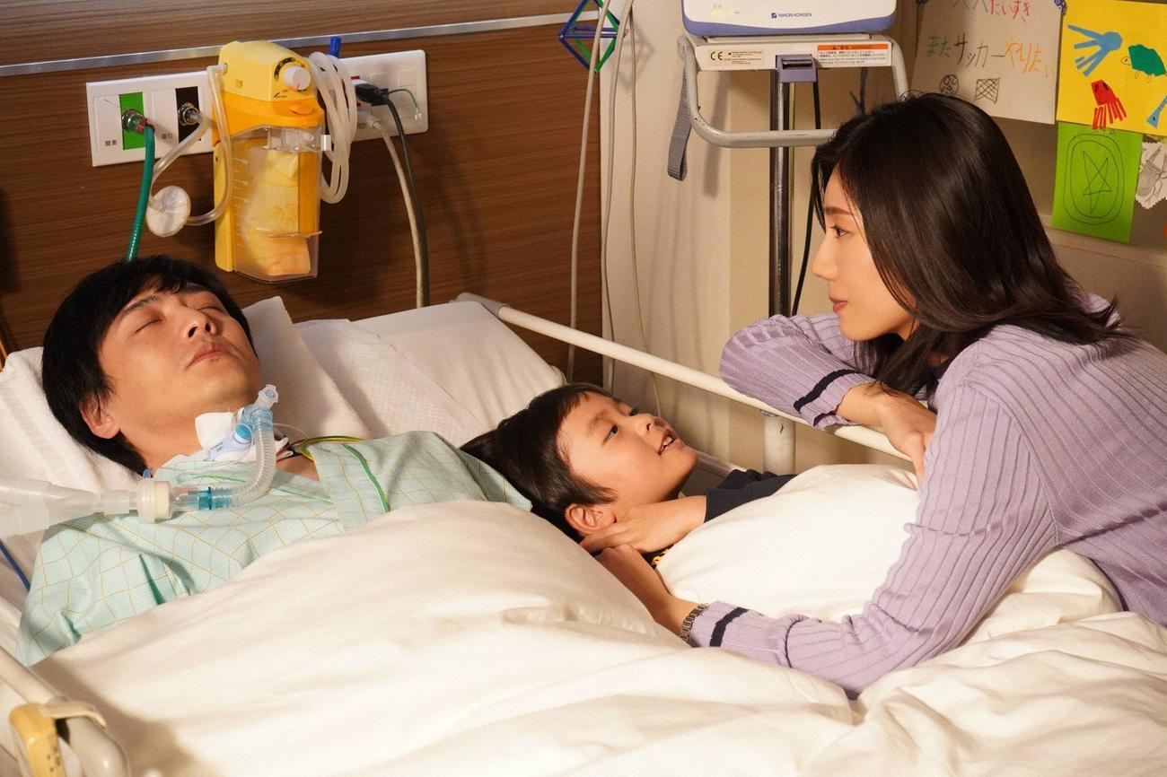 意識不明の夫・匠(中村俊介=左)の病床へ、1人息子の蓮(桑名愛斗=中)と駆けつけた恩田心(松下奈緒)(C)フジテレビ