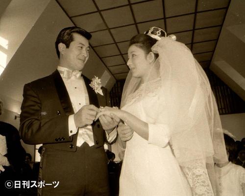 結婚式に臨む小林旭(左)と青山京子さん(67年11月撮影)