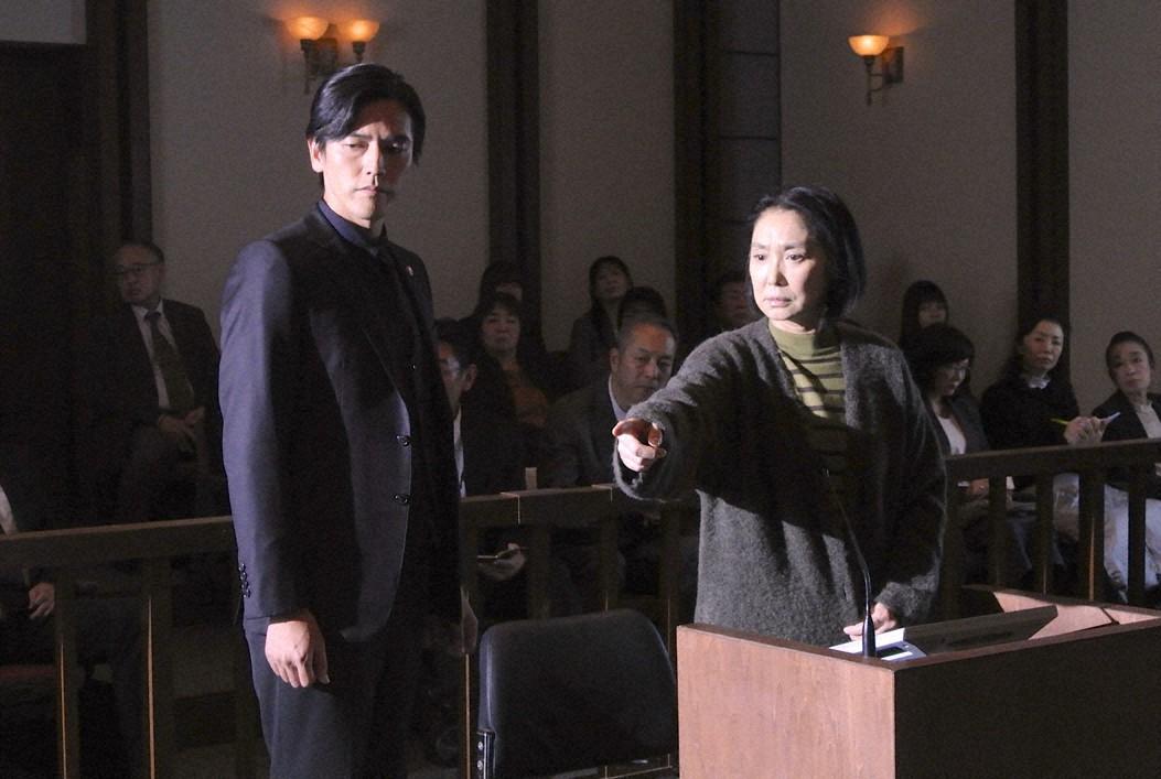 法廷で御子柴礼司(要潤=左)は、実の母の成沢郁美(浅野温子)を弁護する(C)東海テレビ