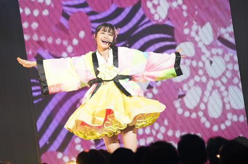 ソロコンサートで笑顔を見せるNGT48本間日陽(C)AKS