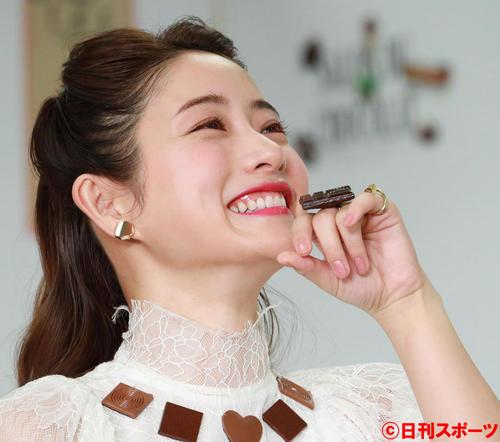 本物のチョコレートで作ったリングを口元に寄せる石原さとみ(撮影・中島郁夫)