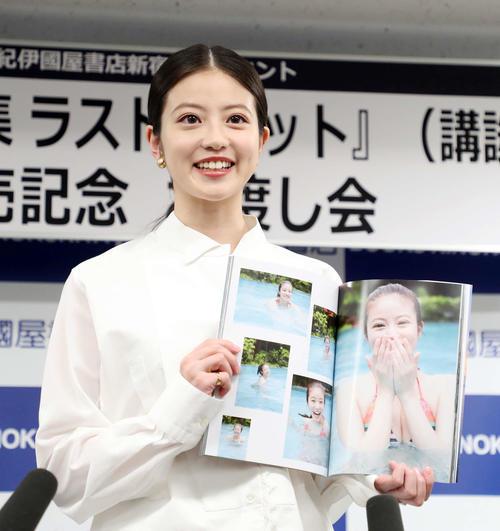 写真集「ラストショット」のお気に入りの写真を見せる今田美桜(撮影・鈴木正人)