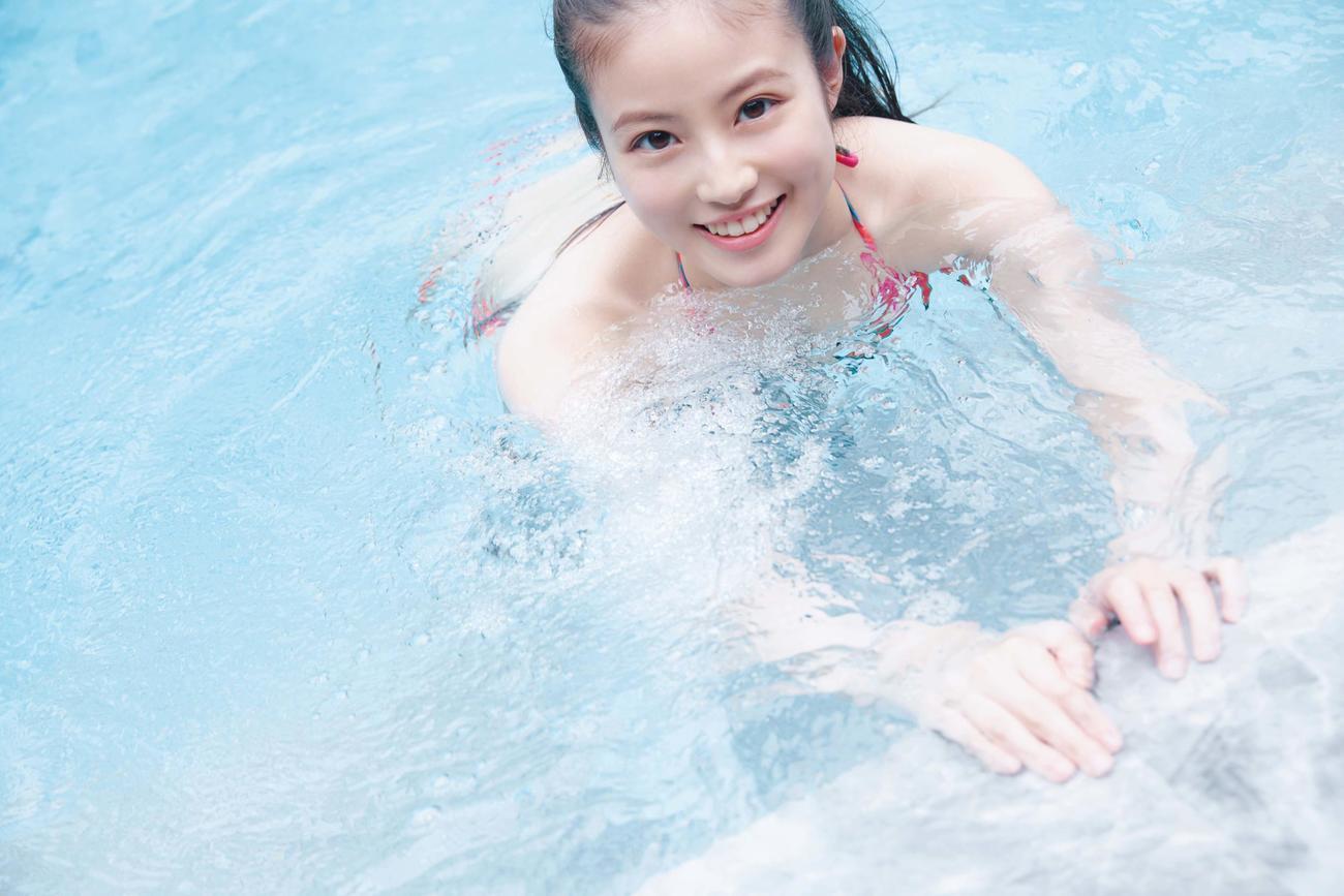 今田美桜の写真集「ラストショット」でのプールでのショット