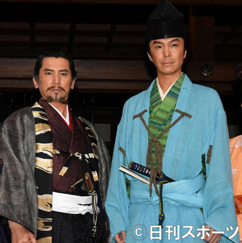 NHK大河ドラマ「麒麟がくる」で斎藤道三役を演じる本木雅弘(左)。右は主演の長谷川博己