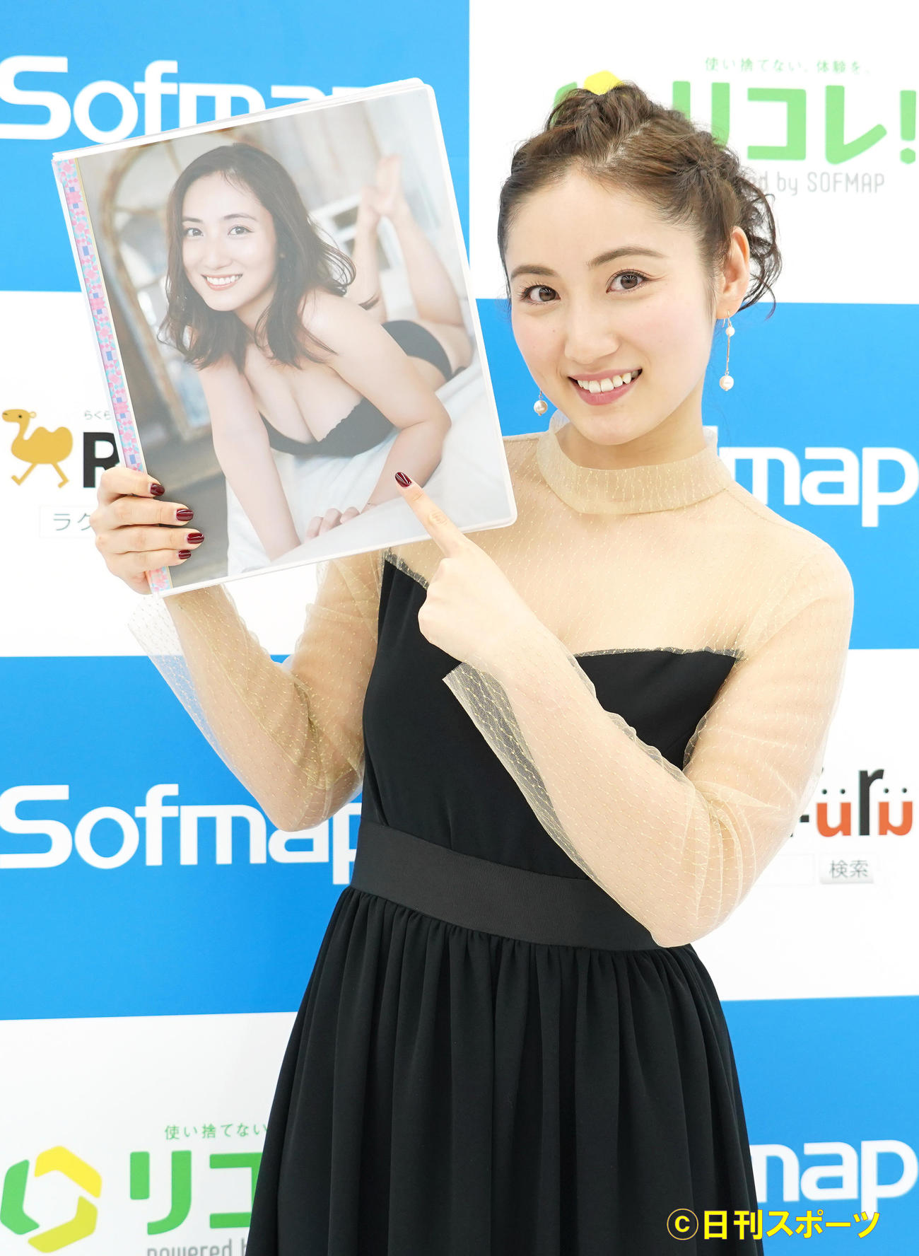 15thアニバーサリートレーディングカード発売記念イベントでトレーディングカードのファイルを持つ紗綾(撮影・佐藤成)