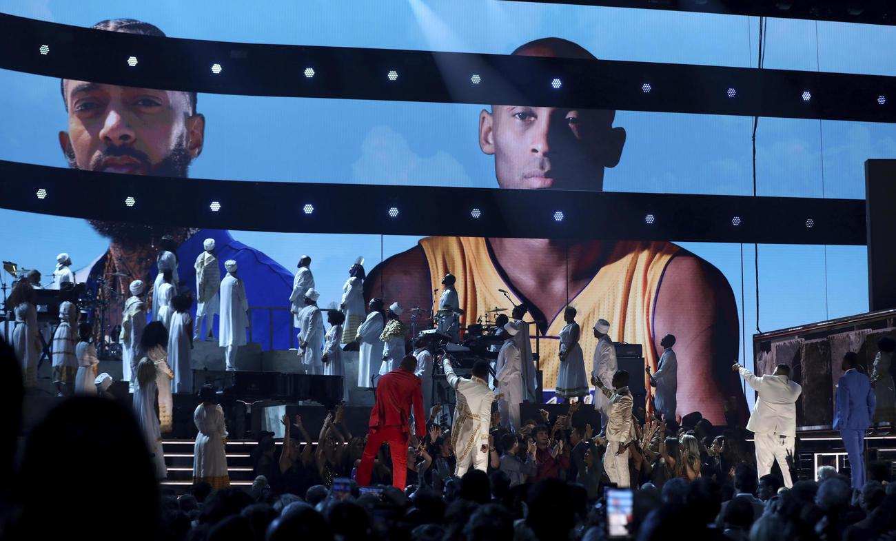 第62回グラミー賞授賞式でスクリーンにコービーが映し出される(AP)