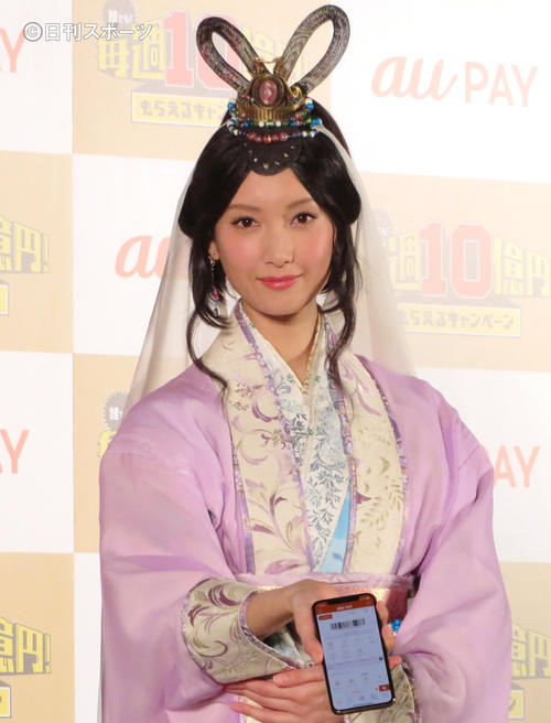 au PAY発表会で「英雄ペイポーズ」をする菜々緒(撮影・佐藤成)