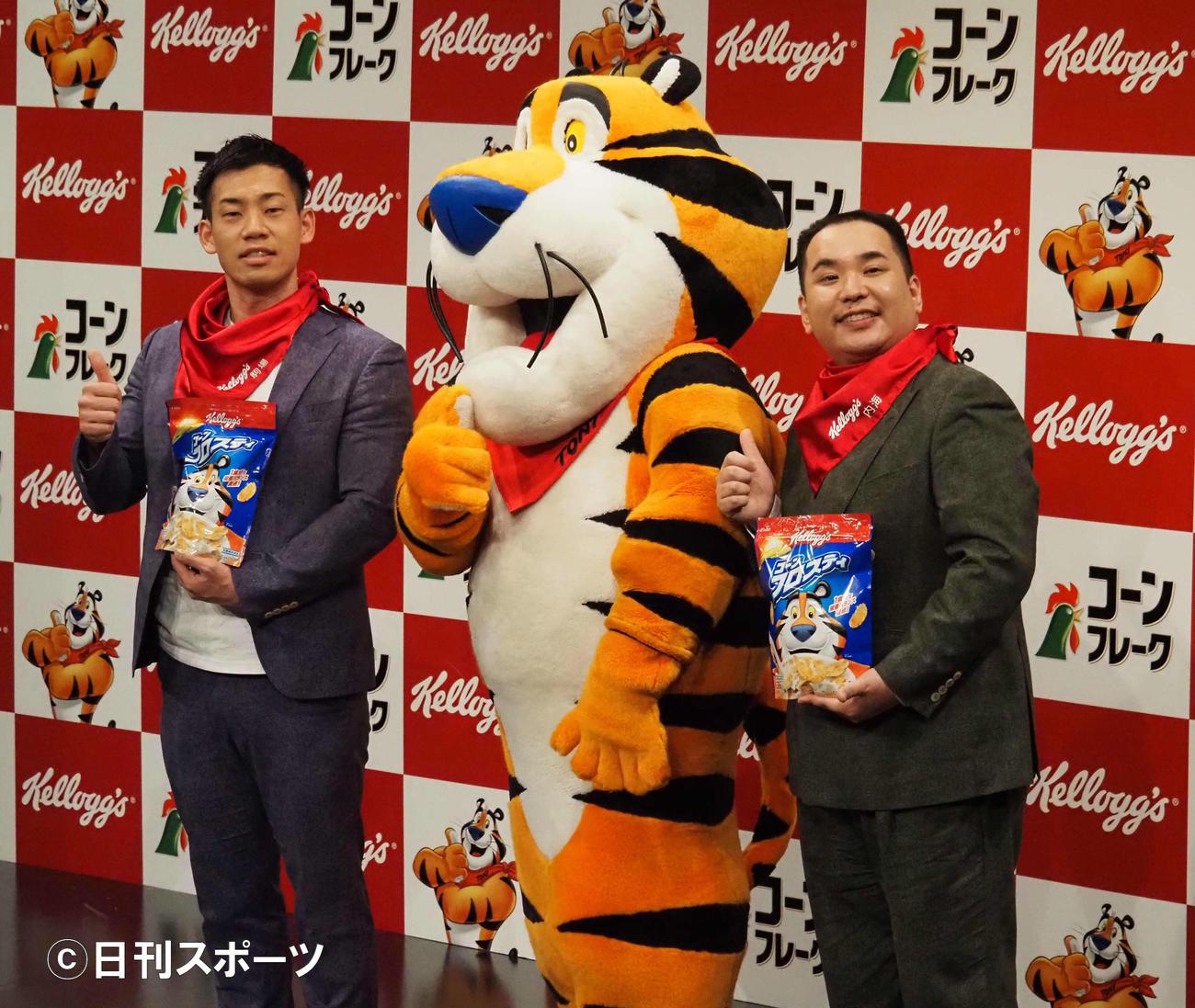 「ケロッグ公式応援サポーター」就任式に出席したミルクボーイの駒場孝(左)と内海崇。中央はケロッグのキャラクター、トニー・ザ・タイガー(撮影・遠藤尚子)