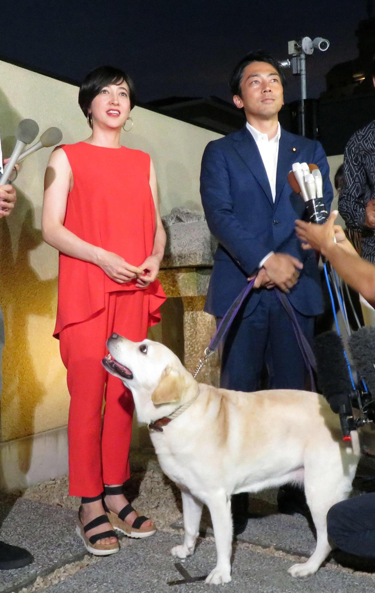 滝川クリステル(左)と小泉進次郎環境相。下は滝川の愛犬アリス(2019年8月7日撮影)