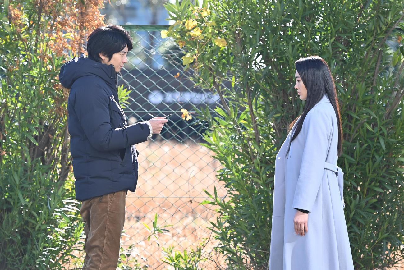白河圭太(向井理=左)と元妻の仙台由貴子(C)カンテレ